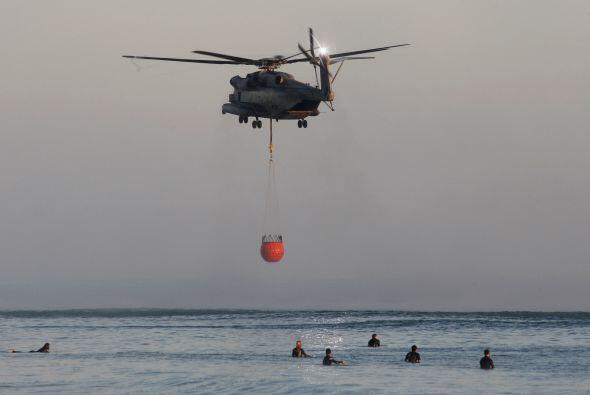 Impresionantes imágenes del helicóptero de los bomberos re...