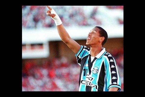 Dinho comenzó su carrera en el lejano 1998, debutando el 4 de marzo de e...