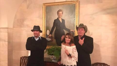 Sarah Palin, Ted Nugent y Kid Rock posan de forma burlona ante el retato...