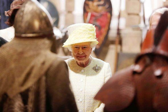 La reina de Inglaterra, de 88 años de edad, se paseó por los estudios, y...