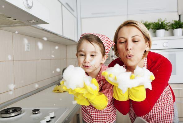 5-Involucra a toda la familia en los quehaceres domésticos como limpiar...