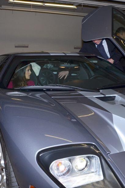 Aquí vemos a la actriz con su esposo, Francois Henri Pinault, manejando...