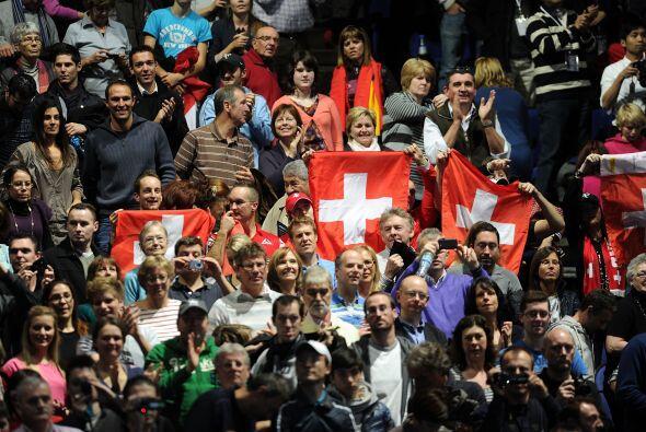 Algunos fanáticos suizos en las gradas alentaban a Roger que poco...