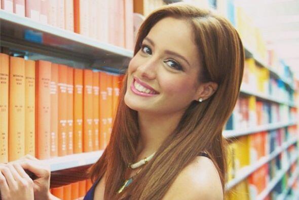 Esta guapa latina sabe la importancia de la educación para nuestr...