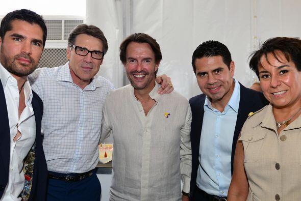 El actor Eduardo Verástegui junto con el gobernador Rick Perry, Fernando...