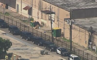 Un sujeto sospechoso de robo agravado se atrinchera en el norte de Houston