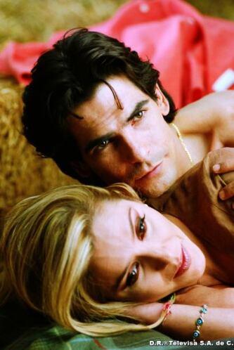 Ellos interpretan a Isabel y Leandro, dos jóvenes que viven un apasionad...
