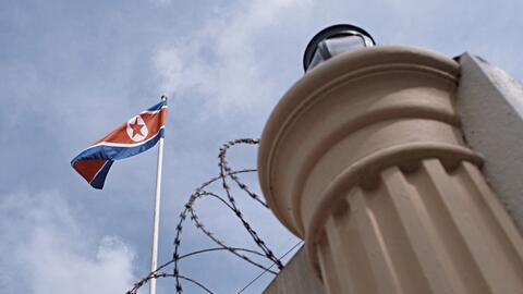 La bandera de Corea del Norte ondea en el complejo donde se encuentra su...