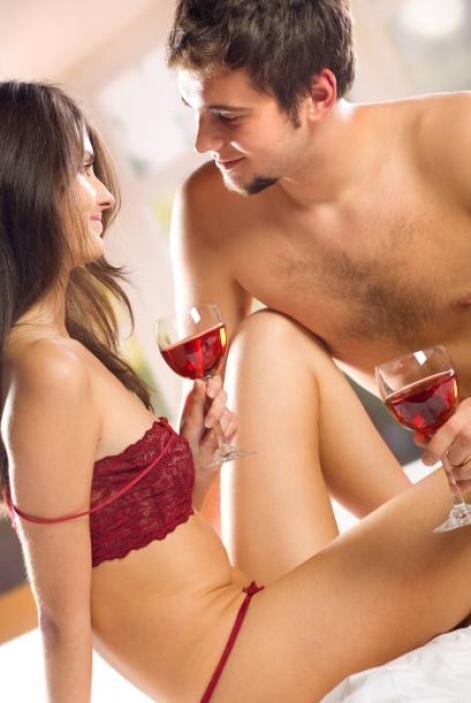 En el momento de la intimidad sexual usa ropas íntimas de color negro qu...