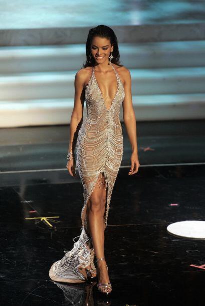 Se dice fue el peso del vestido lo que causó que la boricua se so...