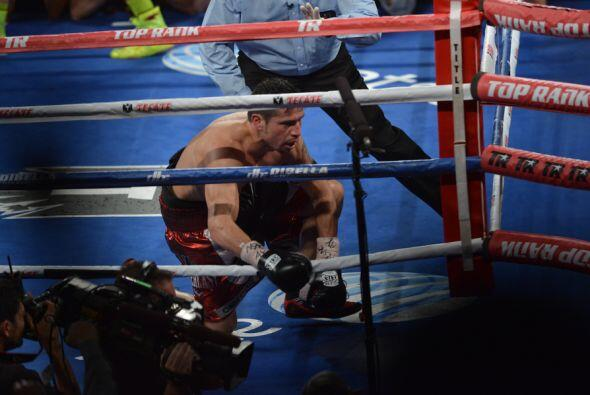 A pesar de que Martínez se levantó, tenía las piernas flojas y los ojos...