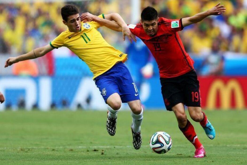 Oscar de Brasil impugna Oribe Peralta de México durante la Copa Mundial...