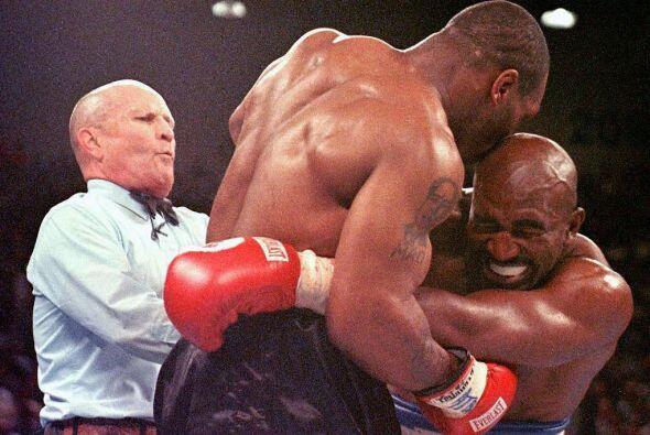 El 9 de Julio de 1997, Myke Tyson perdió la licencia de boxeador en Esta...