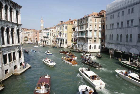 Y esta imagen es imperdible, decenas de lanchas y barcos siguiendo a Clo...
