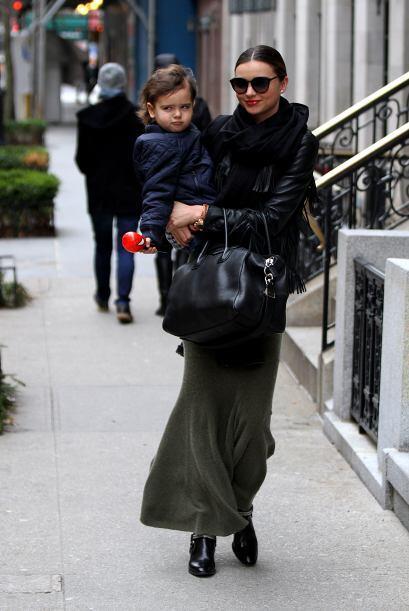 Miranda Kerr y su pequeño se pasearon en el frío antes de celebrar el Añ...