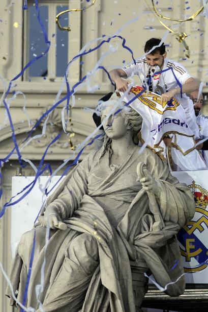 Era tiempo de que la imponente figura se vistiera con una bandera o bufa...