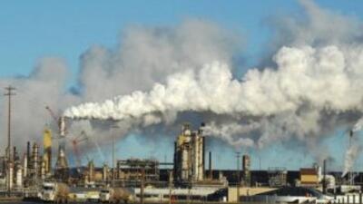 Vista de la planta de extracción de arenas de petróleo crudo sintético e...