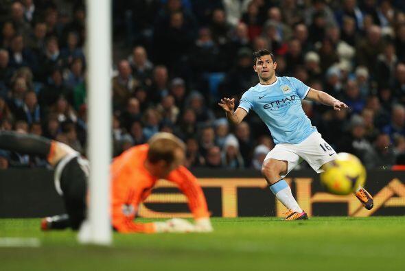 Sergio Agüero estuvo muy cerca de marcar, pero la pelota no quiso e...