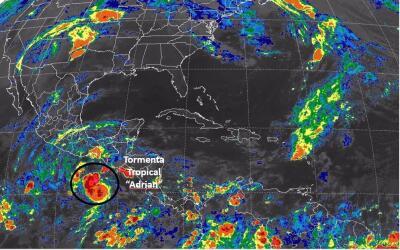 La tormenta Tropical Adrián se mueve hacia el noroeste.