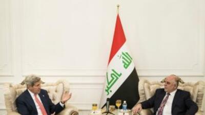 El secretario de Estado, John Kerry, a la izquierda, habla con el nuevo...