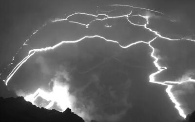 En video: explosiones en un lago de lava tras el derrumbe de una pared d...