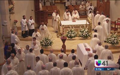Feligreses despiden en misa fúnebre al arzobispo Patricio Flores