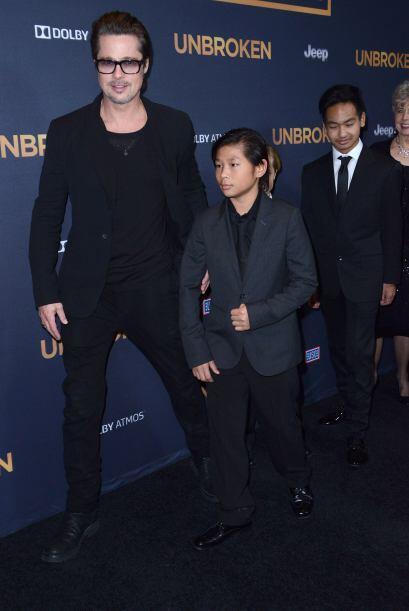 Pax y Maddox al frente con su papi.