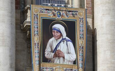 El Papa Francisco hizo oficial la santidad de la Madre Teresa en una mis...