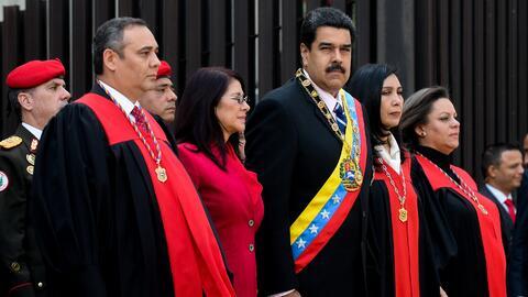 Maikel Moreno, nuevo presidente del Poder Judicial, junto a la pareja pr...