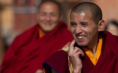 Unos monjes tibetanos ¿bailando Break Dance?