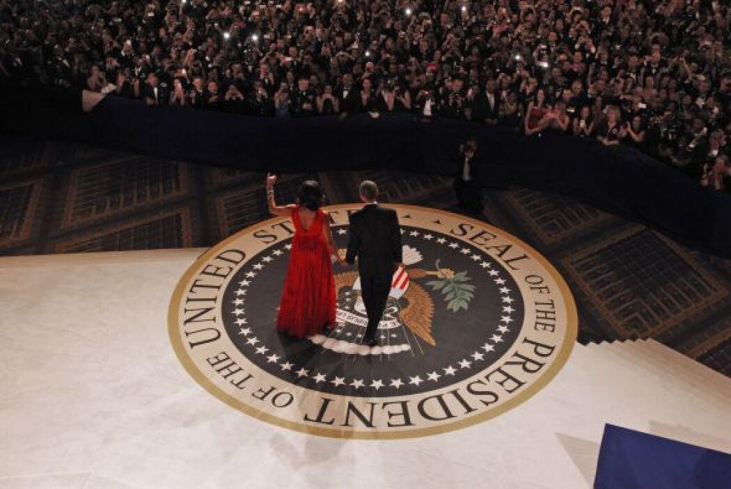 Miles de teléfonos y cámaras registraron frente al escenario el último b...