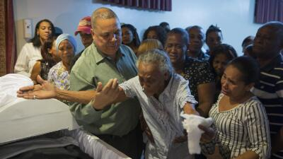 Familiares lloran en el velorio de los periodistas Luis Manuel Medina y...