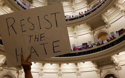 Con pancartas y camisas rojas, activistas rechazaron la aprobació...