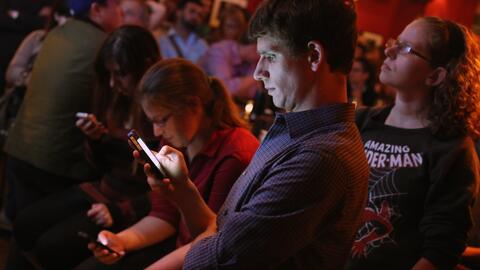 Los padres y madres estadounidenses miran TV, DVDs y video durante poco...