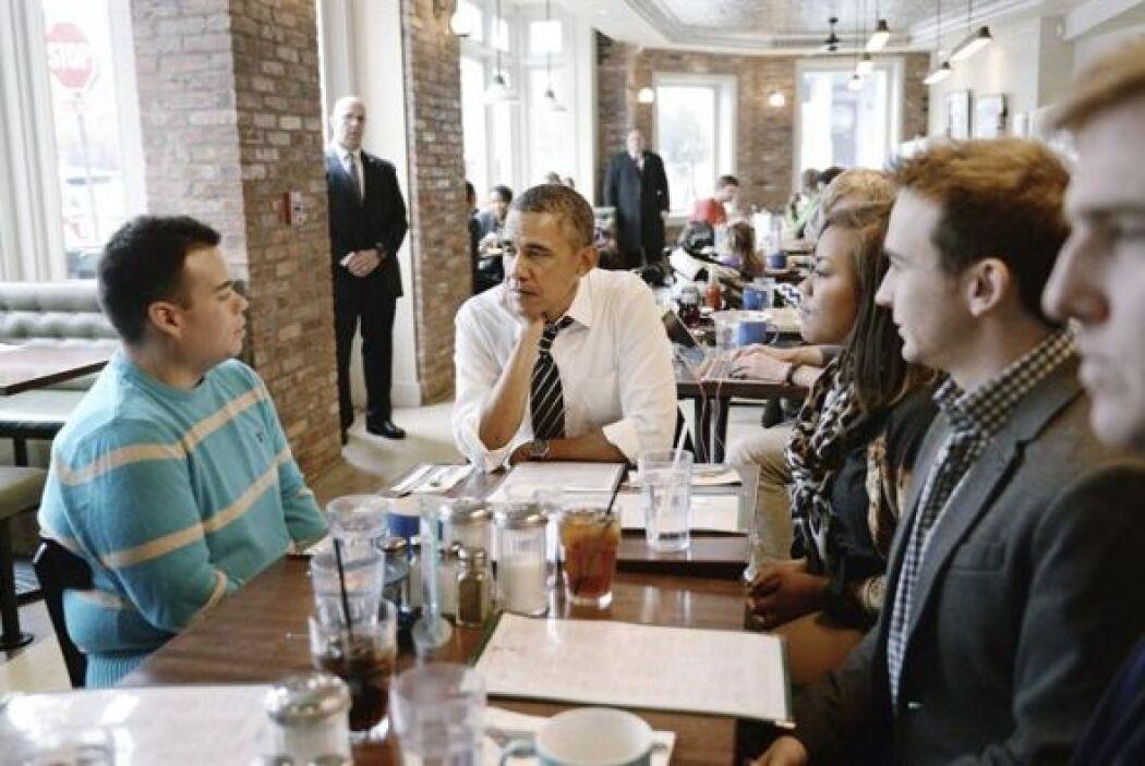 El presidente de Estados Unidos Barack Obama, conversa con cinco jóvenes...