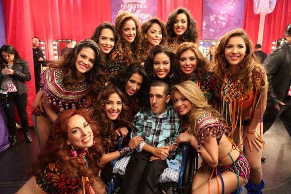 Un fan muy especial tuvo la oportunidad de estar con las chicas, ellas l...