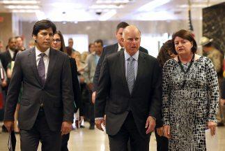 El gobernador de California, Jerry Brown (al centro), firmó un presupues...