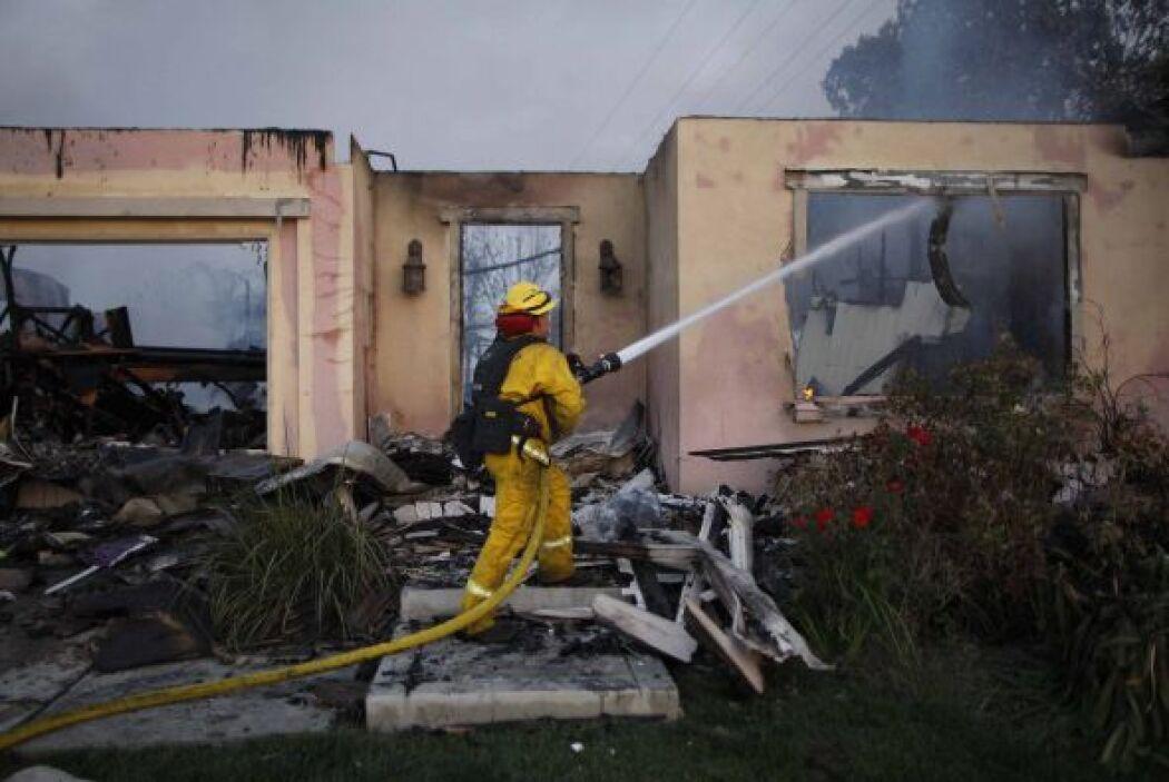 La lucha contra las llamas continúan hoy. Al menos 20 helicópteros trata...