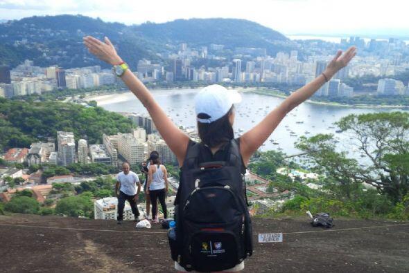 Al igual que El Cristo Redentor, Maity observa la ciudad más feliz del m...