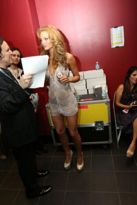 Zuleyka Rivera checando todos los detalles para lucir perfecta ante las...