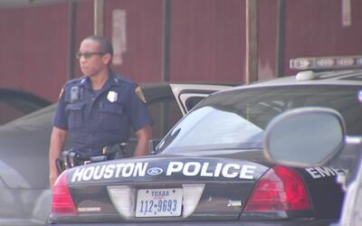 Tiroteo en un estacionamiento del suroeste de Houston cobró la vida de u...