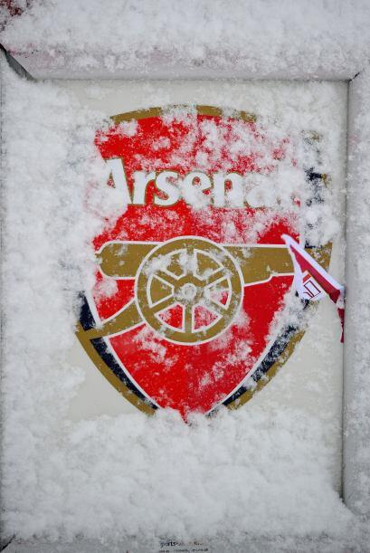 El escudo del Arsenal terminó adornado con la nieve, parece una foto nav...