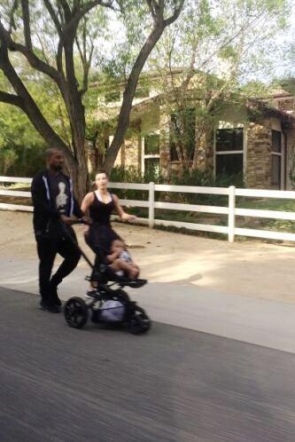 Kim salió a pasear junto a Kanye West y su bella nena, North. Mira aquí...