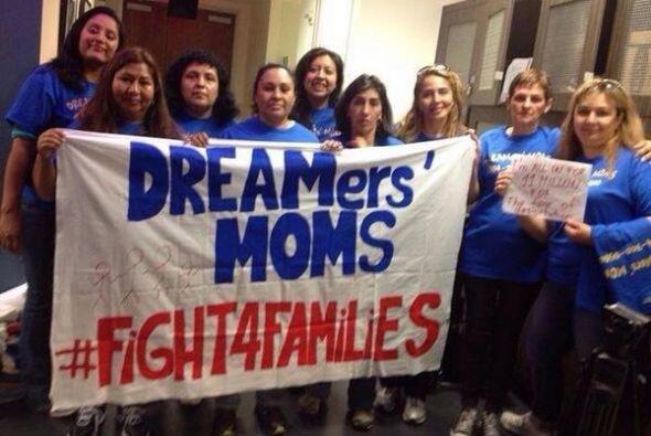 Un grupo de madres de dreamers (soñadores) poco antes de dirigirse a la...