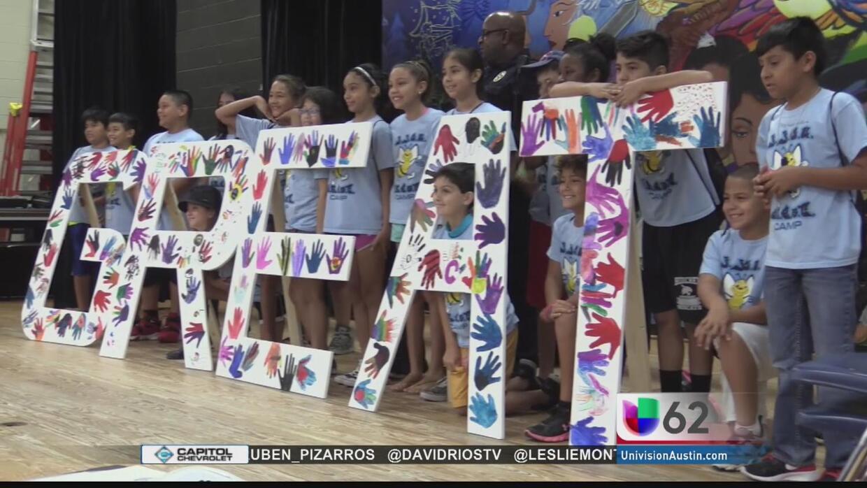 Niños se gradúan de un programa de prevención de pandillas