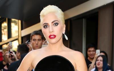 Lady Gaga en un elegante vestido de terciopelo negro.