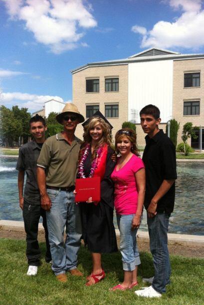y tiene tres hermanos, Richie, Armando y Cristian.