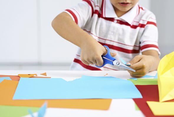 CORTAR - Compra un buen par de tijeras para niños y déjalo que practique...