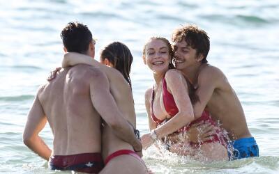 Egor Tarabasov y Lindsay Lohan celebran su amor en el mar.