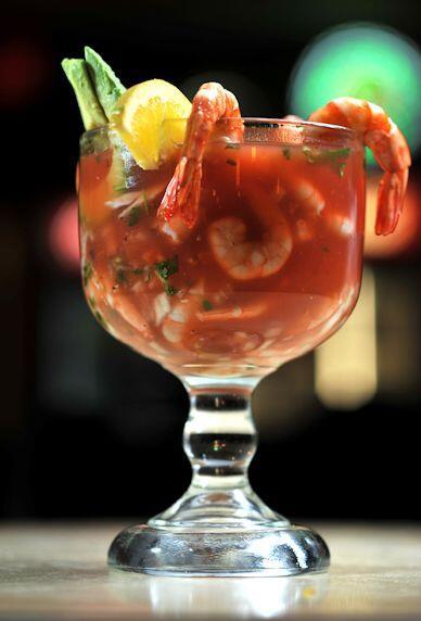 Coctel de camarón. Camarones marinados en limón acompa&nti...